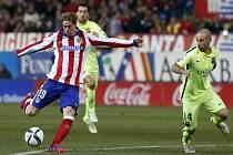 Fernando Torres z Atlétika Madrid (vlevo) pálí proti Barceloně.