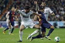 Daniel Alves z Barcelony (vpravo) a Xabi Alonso z Realu Madrid.