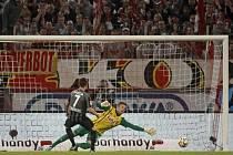 Vladimír Darida z Freiburgu proměňuje penaltu proti Kolínu nad Rýnem.