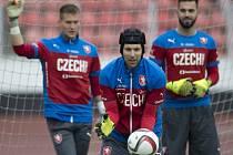 Brankářská jednička fotbalové reprezentace Petr Čech (uprostřed) a jeho náhradníci Tomáš Vaclík (vlevo) a Tomáš Koubek.