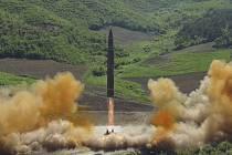 Mezikontinentální balistická raketa vystřelená KLDR. Ilustrační foto