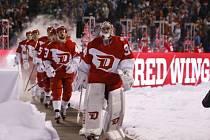 Petr Mrázek přivádí svůj tým na led v Denveru.