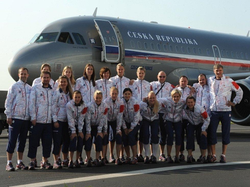 České basketbalistky při odletu na olympijské hry do Londýna.