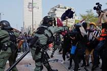 Protivládní shromáždění v Hongkongu. Na snímku policejní složky zasahují proti demonstrantům.