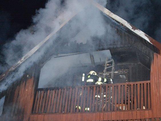 Dva lidé zahynuli v noci na 18. dubna při požáru rekreační chalupy v obci Zbyny na Českolipsku. Jednasedmdesátiletou ženu našli hasiči mrtvou v prvním patře domu, jejího o tři roky mladšího manžela později oběšeného v garáži.