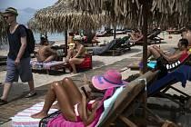 Lidé se sluní na pláži Alimos nedaleko Atén, 16. května 2020