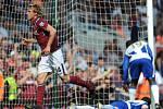 Radoslav Kováč v dresu West Hamu (vlevo) se raduje z gólu.