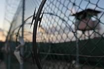 Před deseti lety dopravily Spojené státy na vojenskou základnu Guantánamo na Kubě první skupinu zajatců podezřelých z terorismu.