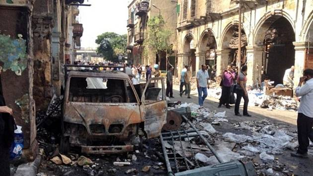 Ozbrojené Muslimské bratrstvo zapaluje a ničí v Egyptě kostely, mešity, policejní stanice a další vládní budovy