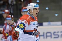 David Tomášek z Pardubic se raduje z gólu proti Třinci.