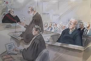 Kresba kanadského sériového vraha Bruce McArthura před soudem.