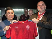 Slavnostní podpis smlouvy a předání dresu. Vlevo Chan Chauto, vpravo Miroslav Pelta, v pozadí Bohuslav Sobotka.