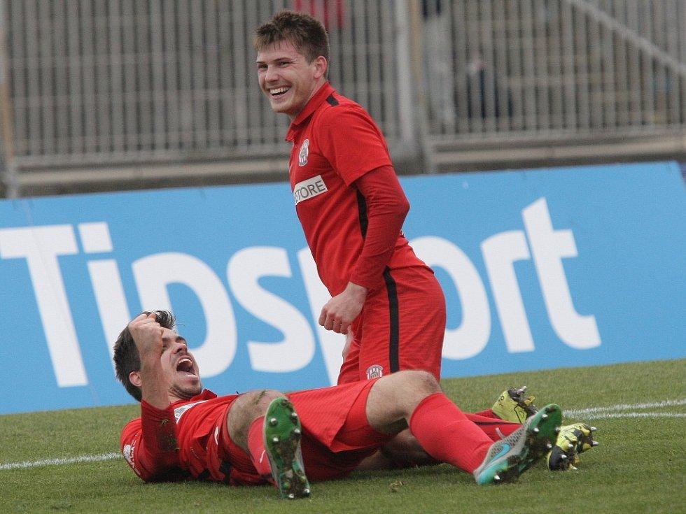 Petr Buchta z Brna (vlevo) se raduje z gólu proti Dukle Praha.
