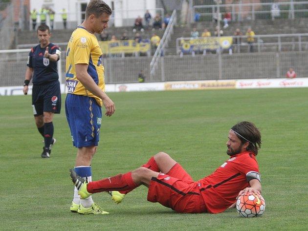 Pavel Zavadil z Brna (vpravo) v zápase s Teplicemi.