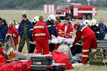 Krátce po startu se u pardubického letiště zřítilo dopravní letadlo. Na jeho palubě se v té chvíli nacházelo devadesát pasažérů. Naštěstí šlo jen o cvičení.
