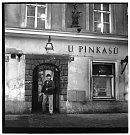 U Pinkasů - Bohumil Hrabal před hostincem U Pinkasů