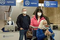 Prvního března se otevřelo prvním lidem očkovací centrum v Hodoníně. Zdravotníci v Domě kultury mají v ostrém provozu denně naočkovat 600 lidí, pokud přijde víc vakcín, tak i přes tisícovku.