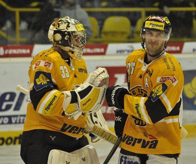 Hokejisté Litvínova se radují z vítězství nad Hradcem Králové.