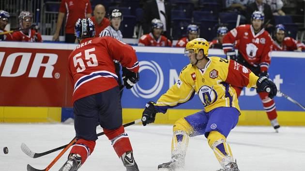 Hokejisté Zlína (ve žlutém) porazili v Lize mistrů po samostatných nájezdech Eisbären Berlín.