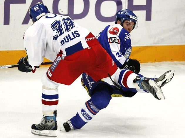 Jan Bulis posílá k ledu Jarkka Immonena.