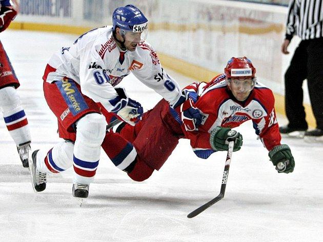 Tomáš Rolinek (vlevo) v ostrém souboji s Rusem Sergejem Zinovjevem.