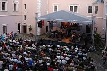 """Tradiční akce """" Klášterecké promenády"""" proběhne 8. 9. 2012 v lázeňském areálu za účasti známých i méně známých hudebníků."""