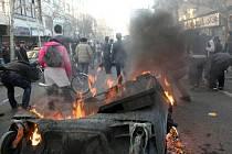 Íránská policie a Revoluční gardy v pondělí tvrdě zasáhly proti zakázané opoziční demonstraci v Teheránu.
