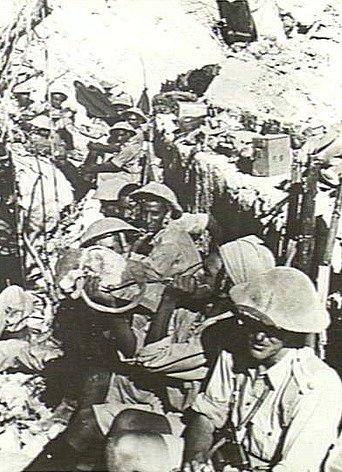 Indičtí vojáci čekají během ofenzívy v Eritrei na povel k útoku