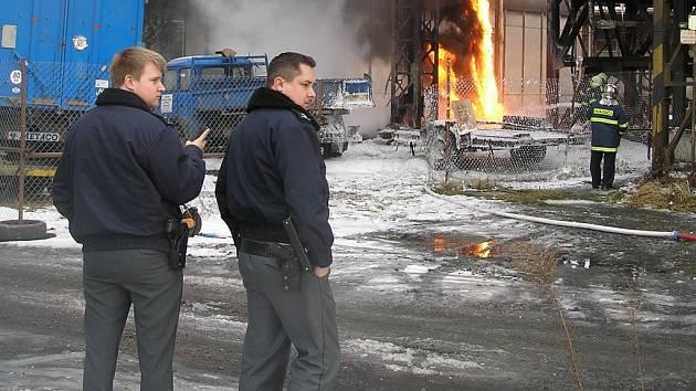 POŽÁR NEPOUŽÍVANÉHO potrubí kladenské huti Koněv si naštěstí nevyžádal žádnou oběť. Zaměstnanci firem byli evakuováni z blízkosti epicentra ohně.