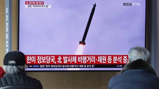 Lidé sledují na televizní obrazovce na nádraží v jihokorejském Soulu start severokorejské rakety.