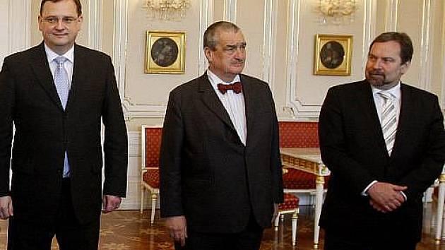 Řešení vládní krize odložili lídři koalice na pondělí. Po dvouhodinové schůzce v Kramářově vile uvedl premiér Petr Nečas, že k dohodě je ještě kus cesty.