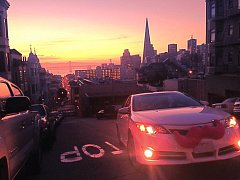 Lyft, auta s typickým růžovým knírem.