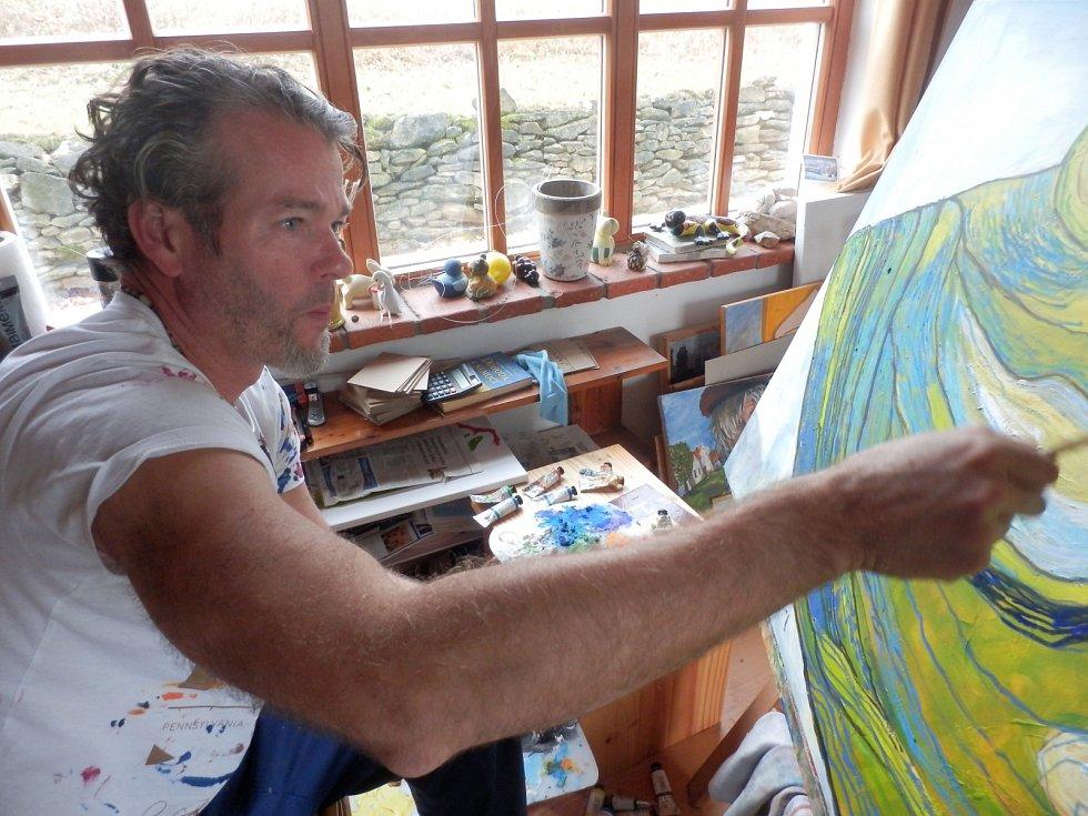 Malíř Hynek Fuka v ateliéru