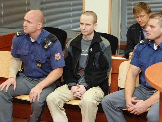 Michal Krnáč (uprostřed) se přiznal k vraždě politika Romana Housky.