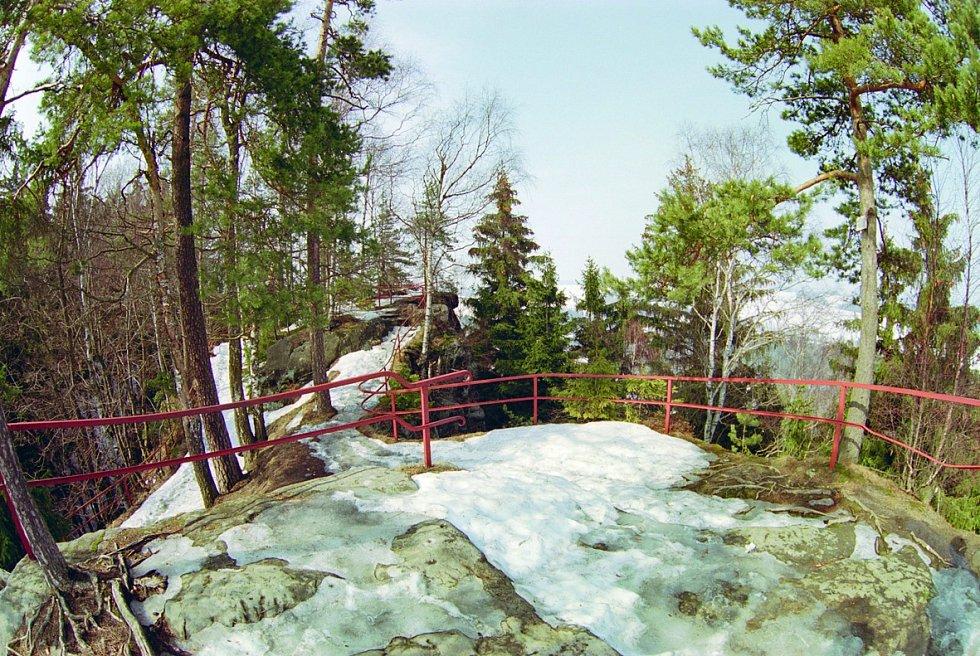 V Adršpašsko-teplických skalách na Starozámeckém vrchu stojí pozůstatky skalního hradu Adršpach.