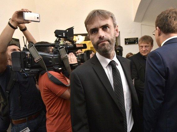 Na zasedání sněmovního výboru pro bezpečnost hovořil v Praze 23. června odcházející ředitel Útvaru pro odhalování organizovaného zločinu (ÚOOZ) Robert Šlachta (uprostřed).