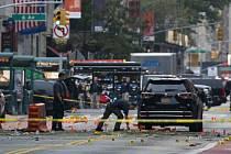 Výbuch ve čtvrti Chelsea v sobotu večer místního času (v noci na dnešek SELČ) zranil 29 lidí. Nedaleko místa exploze našli policisté tlakový hrnec spojený s mobilním telefonem, který jako další možnou bombu prozkoumali policejní pyrotechnici.