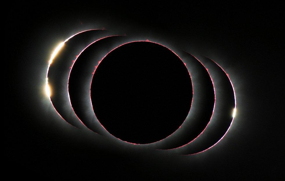 Složený pohled ukazuje zatmění Slunce ze dne 3. prosince 2013 těsně před, během a těsně po celkové fázi