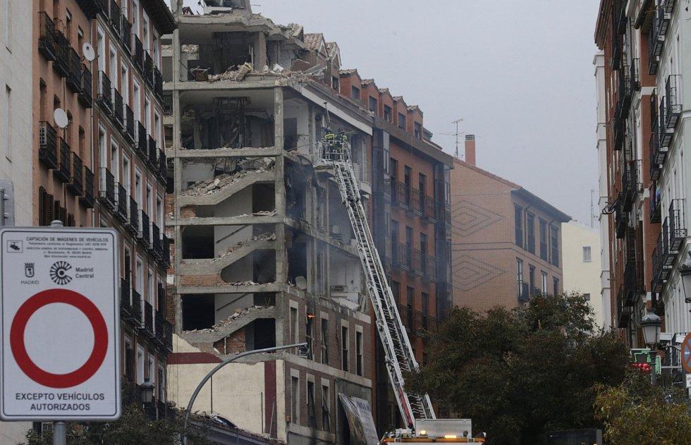 Hasiči zkoumají, zda nedošlo k narušení statiky okolních budov.