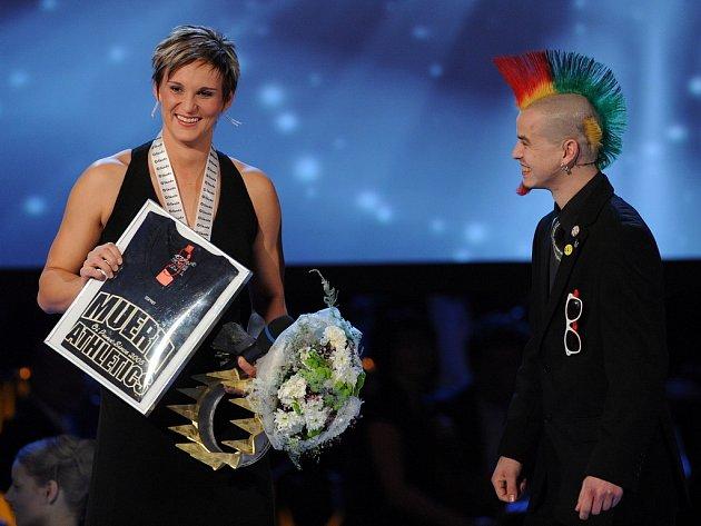 Vyhlášení ankety Sportovec roku 2008 - vítězná Barbora Špotáková dostala netradiční dárek od netradičního gratulanta.