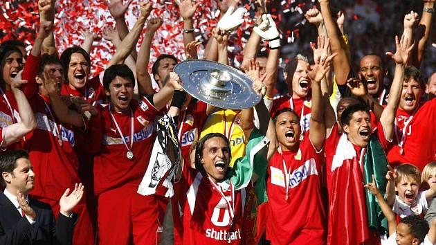 Portugalský kapitán VFB Stuttgart Fernando Meira zvedá pohár pro vízěze německé Bundesligy.