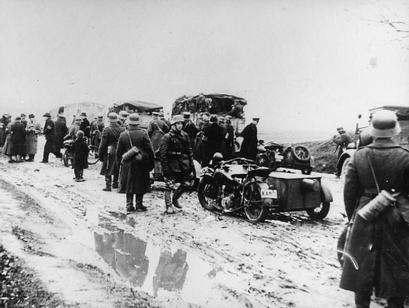 Litevské motorizované jednotky postupují směrem k polskému Vilniusu poté, co bylo město po sovětské okupaci Polska předáno Litvě. Tu Sovětský svaz anektoval o osm měsíců později