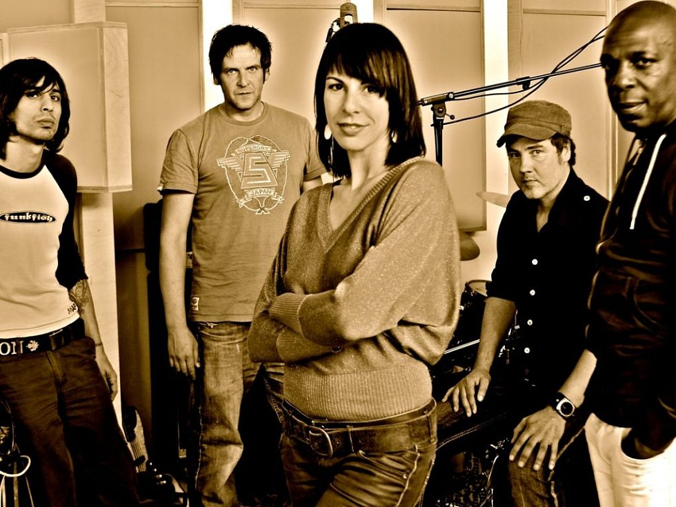 Polovina slavné skupiny NOHA, kapela v čele s fenomenální zpěvačkou Minervou Díaz Pérez, vystupuje pod názvem Time Switch a objeví se i na United Islands v Praze..