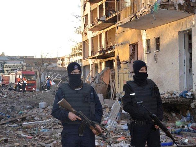 Po explozi automobilu s výbušninou následoval útok raketovými a pěchotními zbraněmi.