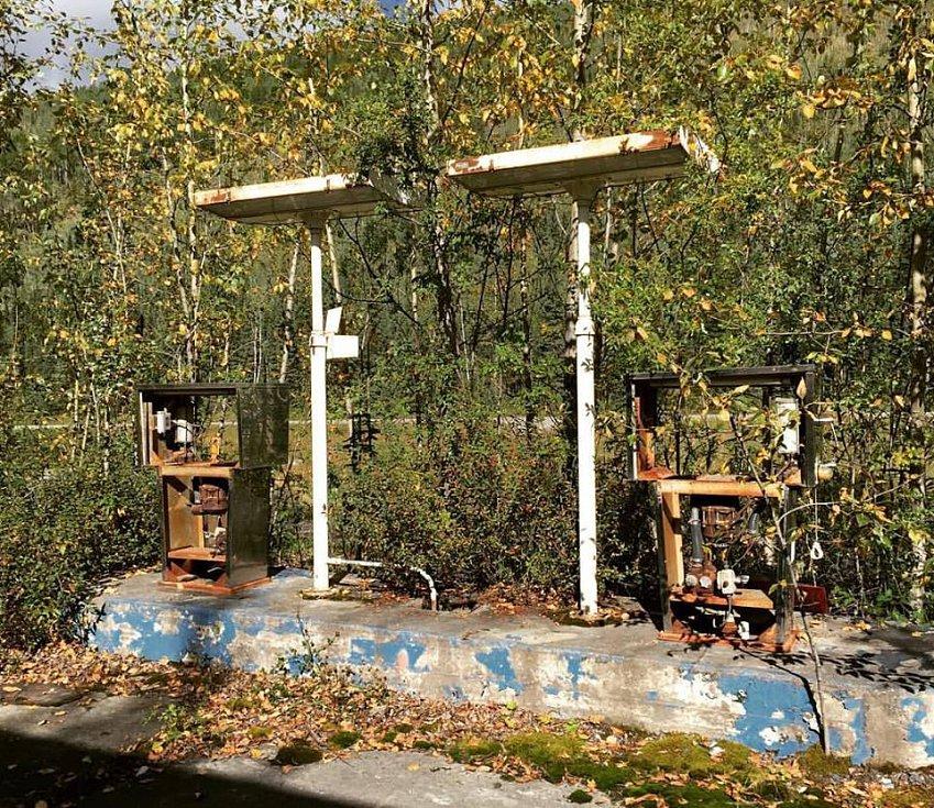 Opuštěná benzínka na Aljašce.