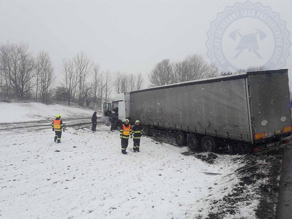 Zapadlý kamion nedaleko Poličky. 4. února 2020