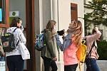 Studentky brněnské Mendelovy univerzity si nasazují roušky u vchodu do školy první den nového akademického roku 21. září 2020