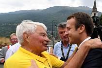Bývalý francouzský cyklista Raymond Poulidor (vlevo) a prezident Emmanuel Macron na snímku z 19. července 2017