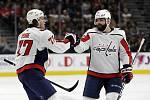 Hokejista Washingtonu Capitals T.J. Oshie (vlevo) přijímá gratulaci od spoluhráče Radka Gudase ke svému gólu.