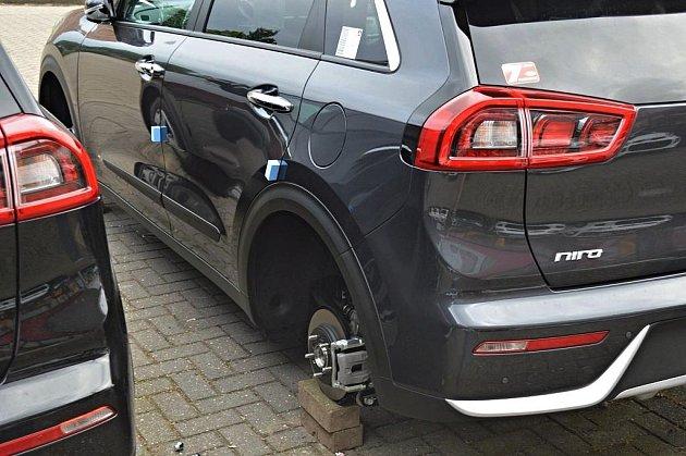 Vnizozemském autosalonu Kia někdo zvozů ukradl 56kol.